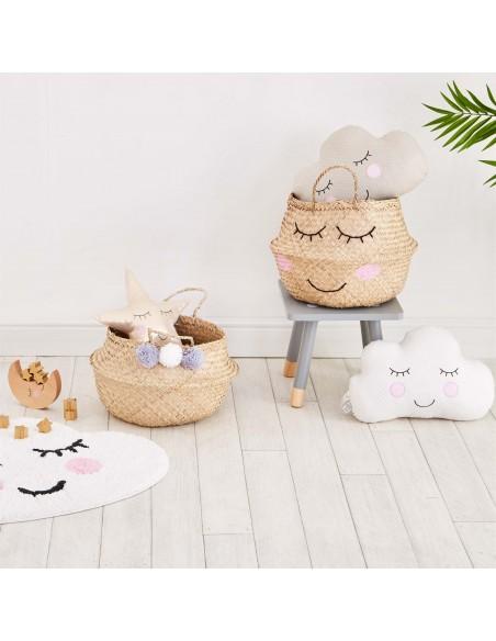 Jūržolių krepšys su dvejomis rankenomis, papuoštas išsiuvinėtu veiduku vaiko kambario  interjere