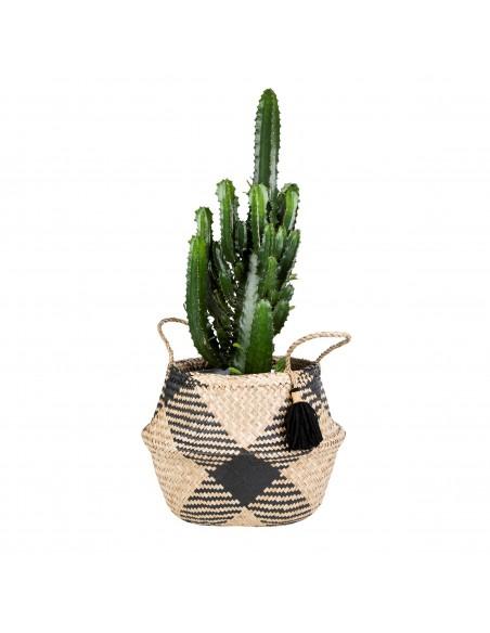 Pagamintas iš jūržolių krepšys su raštais ir kutu su vazonų viduje
