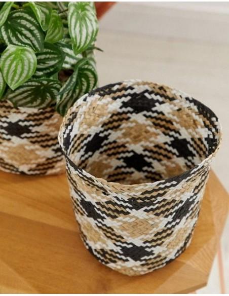 Gilus ir patogios apvalios formos jūržolės krepšys.
