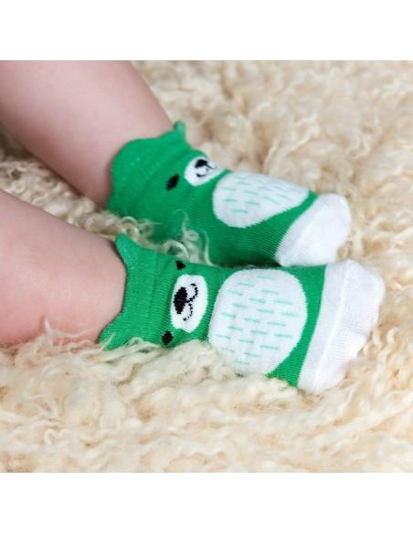 Žalios kūdikių kojinės meškiukai ant naujagimio kojų